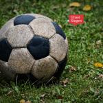 Alter Fußball aus Leder auf Wiese. Mit freundlicher Genehmigung von Alexas_Fotos@pixabay.com
