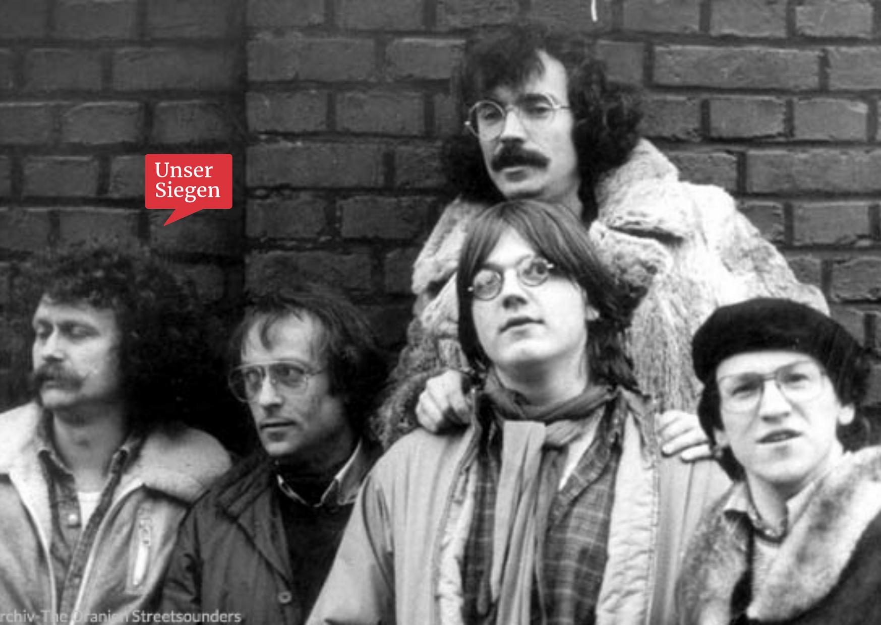 The Oranien Street Sounders - eine Band aus den Swinging Sixties. Schwarz-weiß-Foto mit fünf Musikern vor einer Backsteinmauer. Mit freundlicher Genehmigung von Wolfgang Thomas.