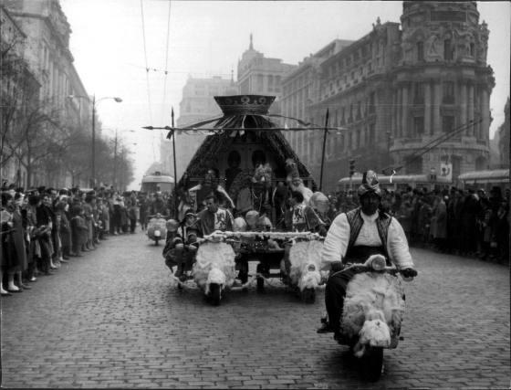 Madrid, cabalgata de Reyes Magos organizada por Radio Madrid en 1959, bajando por la calle de Alcalá en la confluencia con Gran Vía, frente al edificio Metropolis (Entonces Unión y el Fénix)