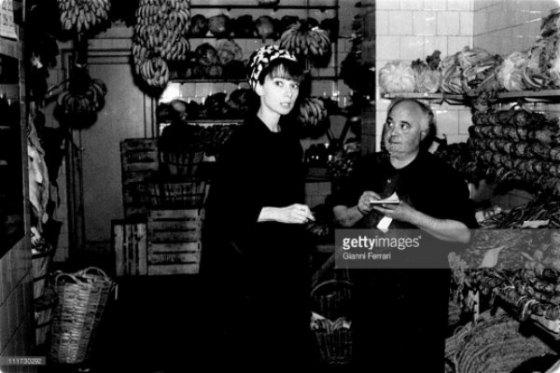 Audrey comprando fruta Madrid
