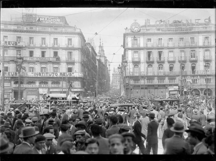 14 abril 1931. Proclamación Segunda República en la Puerta del Sol. Alfonso Sánchez Portela?