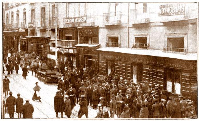 Trabajadores de correos en huelga, en la calle Carretas, frente al mítico Café de Pombo, 1918. Fotografía de Salazar para la revista Mundo Gráfico de 20 de marzo de 1918 (Año VIII - Núm. 334) Fuente: Historia Urbana de Madrid
