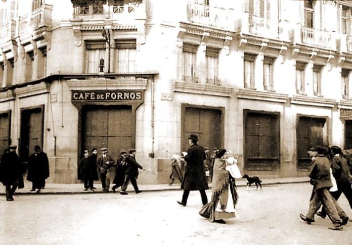 Otro de los cafés de Madrid era el de Fornos en la calle Virgen de los Peligros con Alcalá. La foto pertenece al archivo ABC y se trata de una foto tomada el día de antes al cierre del café en 1908