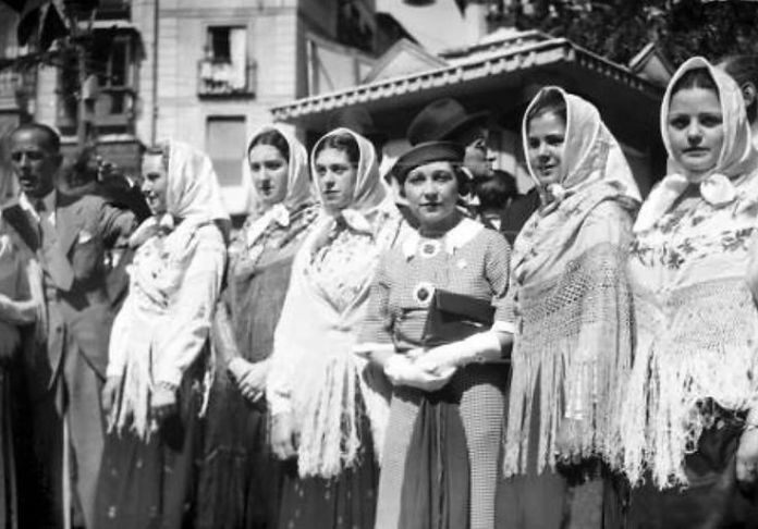 Chulapas en 1935 vestidas con mantón de Manila durante las fiestas de San Isidro. Agencia EFE