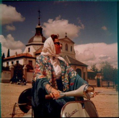 Mari Nieves Martínez con mantón de Manila en vespa junto a la Ermita de San Isidro Martin Santos Yubero. 1959 Archivo Regional CAM
