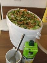 Erster Bokashi-Eimer gefüllt - Die Füllzutaten: Biomüll, Hefelösung und Sauerkrautsaft