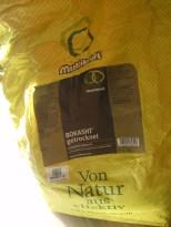 Erster Bokashi-Eimer gefüllt: Füllzutat Trocken-Bokashi