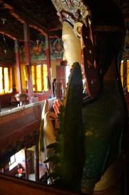 Der Tempel ist in zwei Stockwerken um die Buddhastatue gebaut