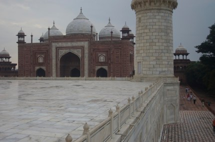Das Taj Mahal, Blick auf die Seitengebäude