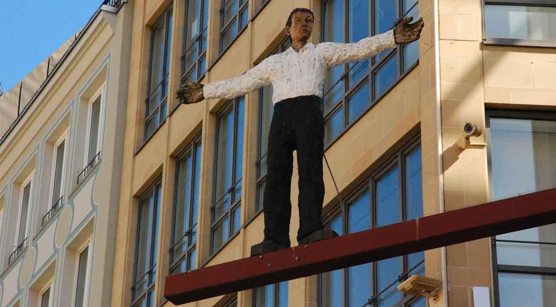 Stephan Balkenhol Plastik Mann mit ausgebreiteten Armen