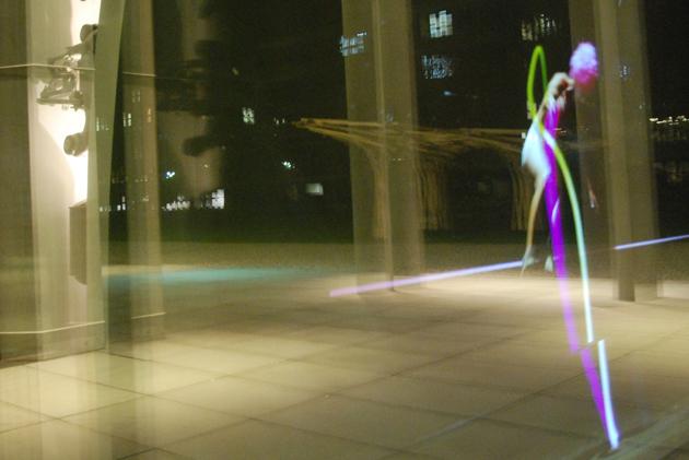 Videoinstallation Elastico von Jan Linnartz und Max Mayer in der Pinakothek der Moderne in München 2011