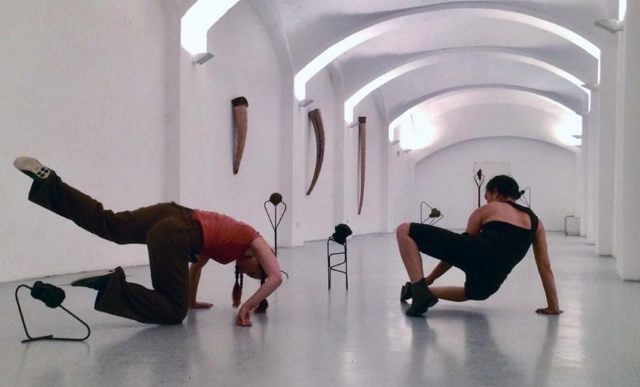 Tanzperformance zwischen der Kunst von Thomas Breitenfeld