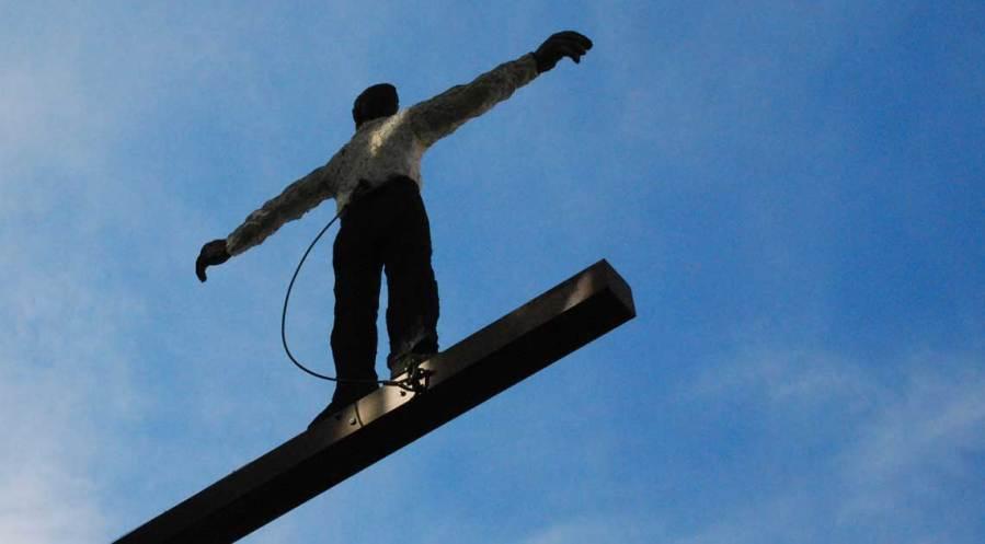 Stephan Balkenhol Plastik Mann mit ausgebreiteten Armen, München