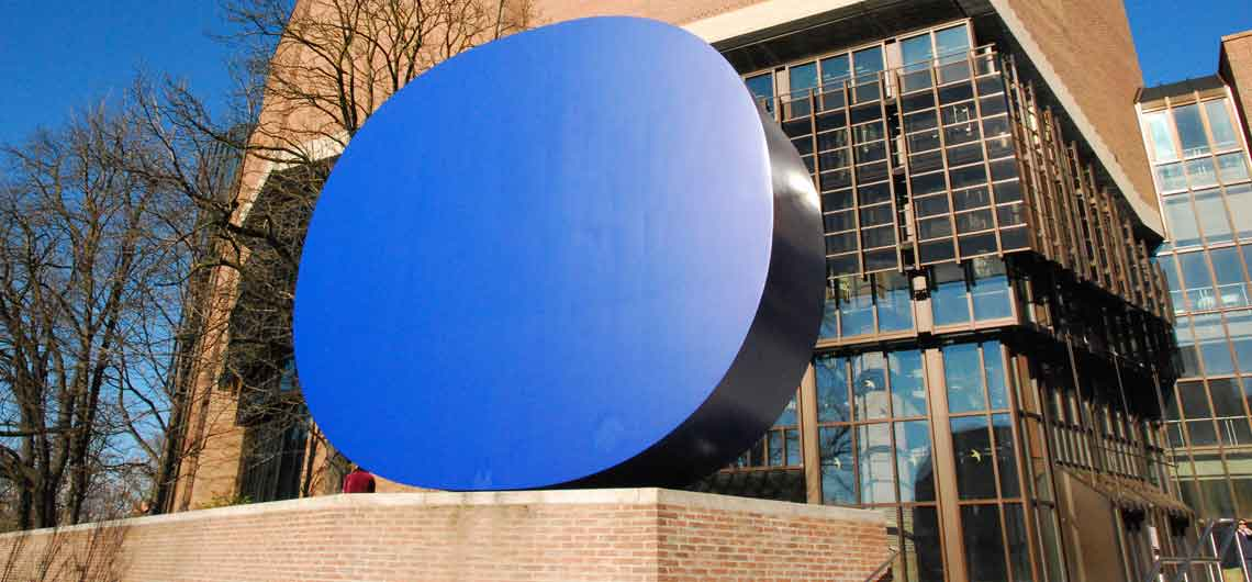 rupprecht geiger gerundetes Blau vor dem Gasteig in München