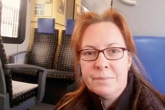 Uschi unterwegs im Zug in der  S-Bahn Zugreise