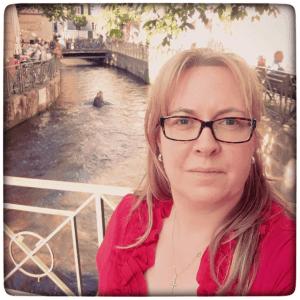 Selfie mit einem Krokodil im Hintergrund