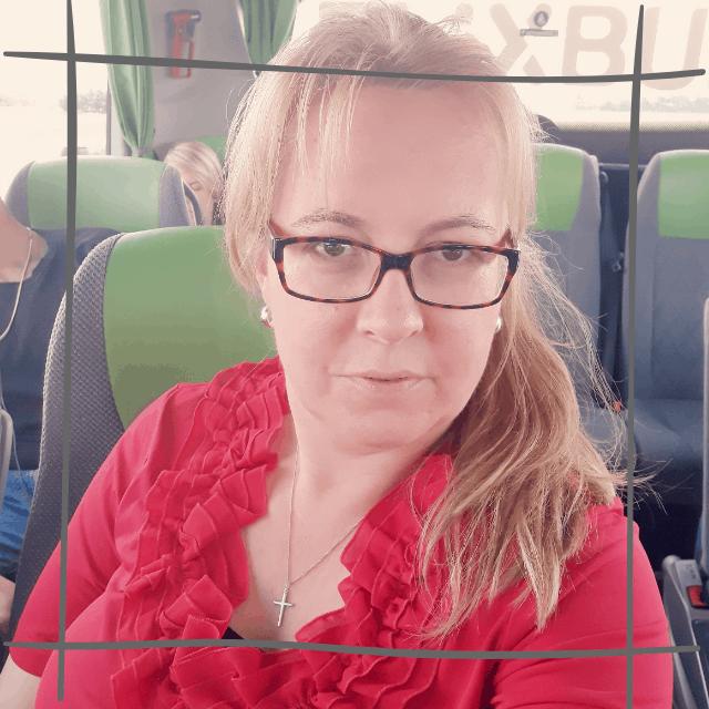 Uschi sitzt in einem Bus der Firma Flixbus