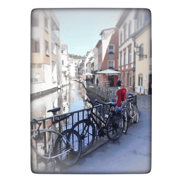 Fahrräder stehen am Geländer in der Fischerau
