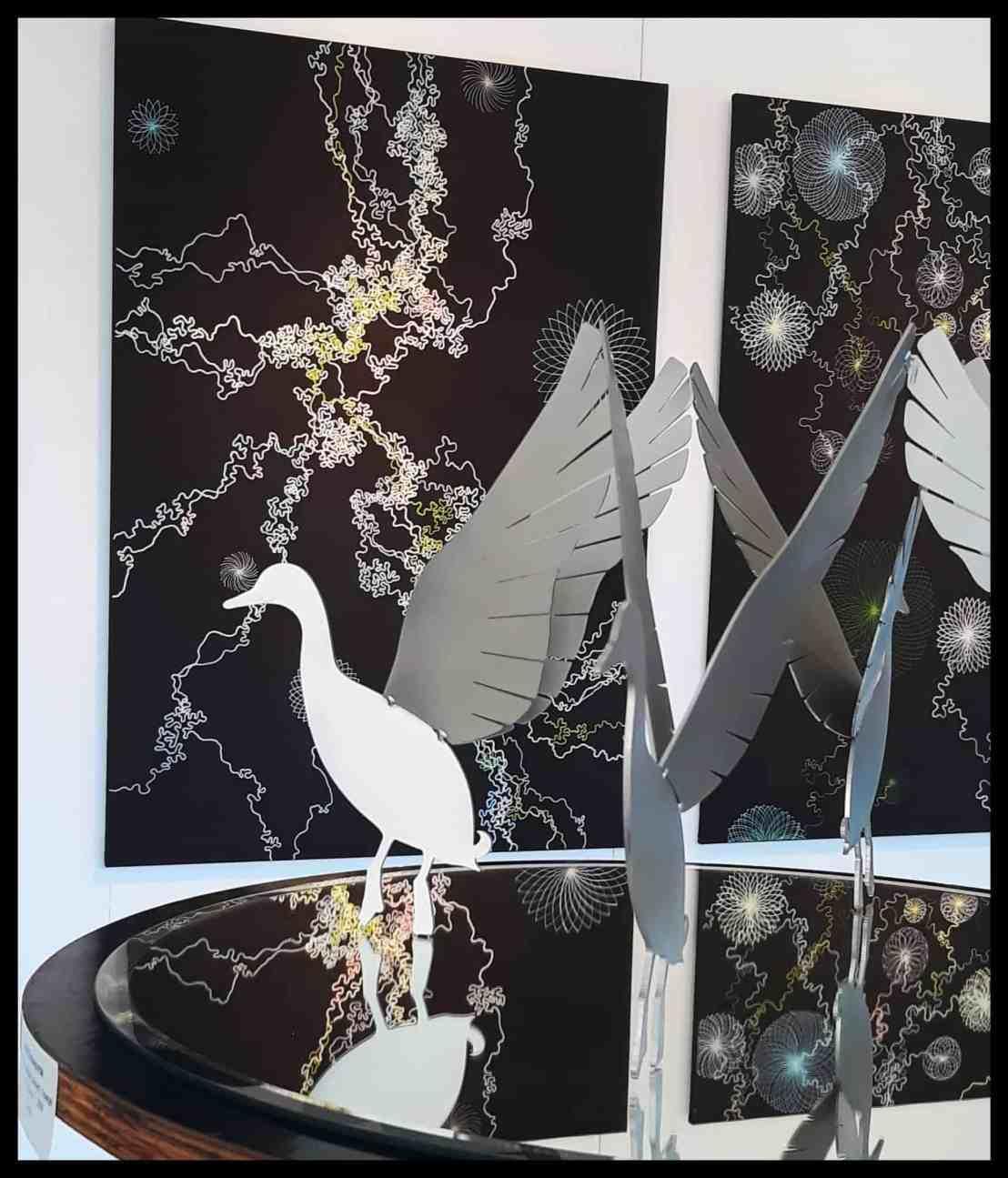 """Das Modell der Enten vom Eimeldinger """"Entenschwumm"""" steht vor den Werken von Annette Mewes-Thoms"""