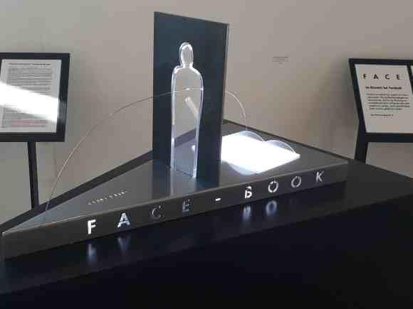 Eine Plastik von Tanja Bürgelin Arslan mit dem Namen Face-Book, die sich mit dem Thema gläserner Mensch beschäftig