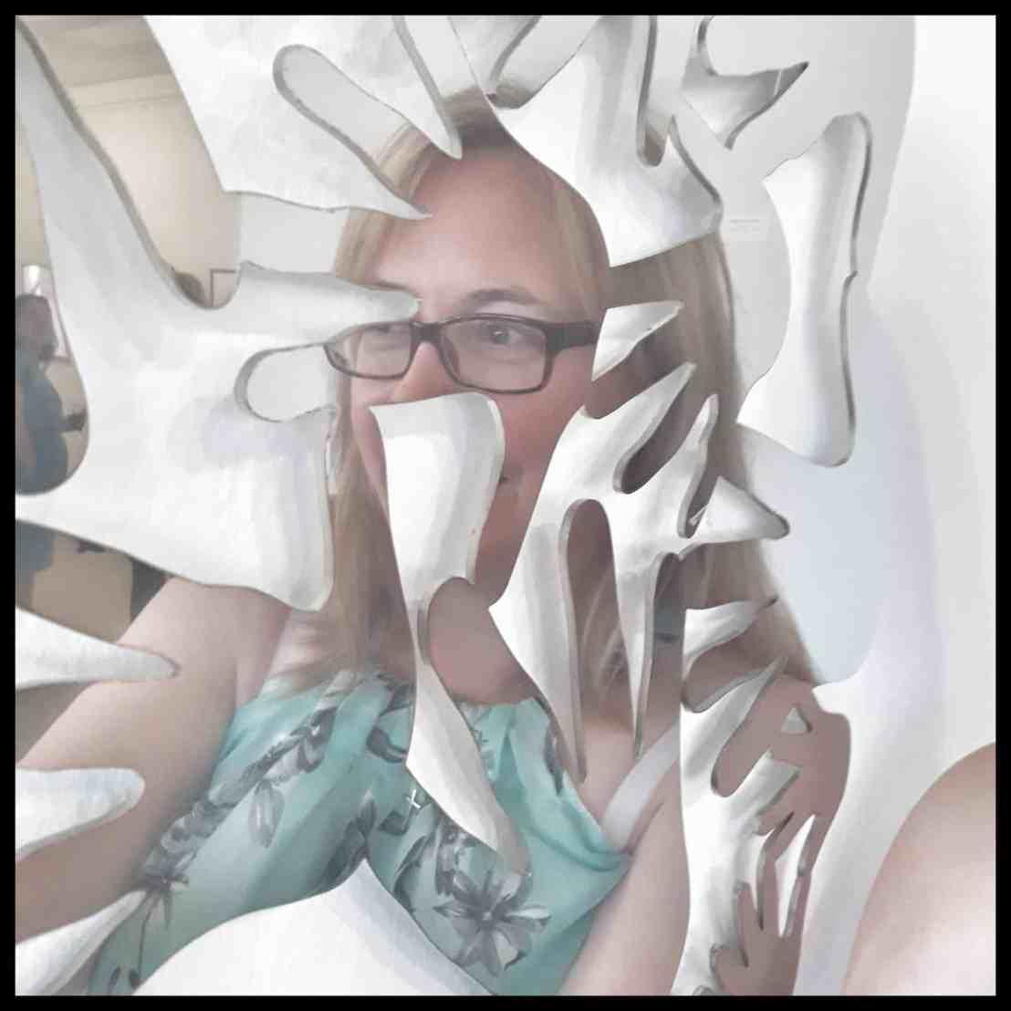 ich spiegele mich in einem Kunstobjekt von Tanja Bürgelin-Arslan