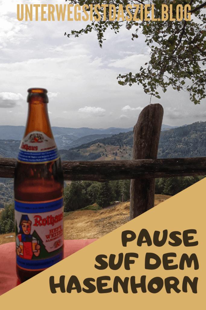 ein regionales Getränk, Rothaus Bier aus Freiburg im Biergarten Berggasthaus Hasenhorn. Die Aussicht direkt von unserem Tisch