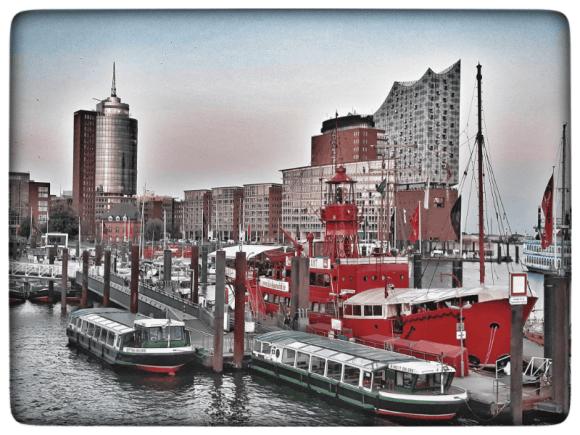 Hamburg, Museumsschiffe liegen vor der Elbphilharmonie