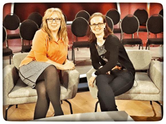 Uschi Ankelin und Claudia D. im Bühnenbild von Talk am See