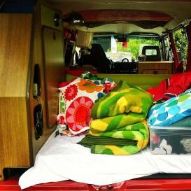 Bulli fertig gepackt für die Reise