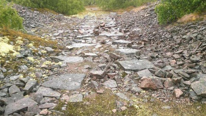 Ehemalige Bahnstrecke Tjurkö stenhuggeri - Rundwanderweg durch die Geschichte der Steinbrüche auf der Insel Tjurkö im Schärengarten von Blekinge, Schweden
