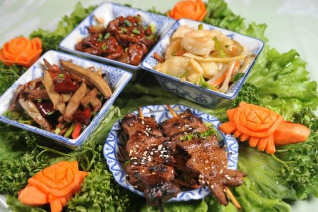 On se damnerait volontiers pour ce filet de canard sauce Sichuan et ces brochettes de boeuf pékinoises. Crédits photo : Lys d'Or
