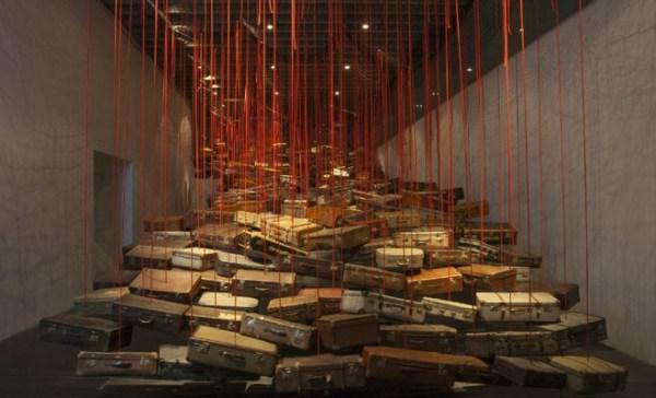 Chiharu Shiota, Accumulation, Searching for a Destination, 2014 — Vue de l'exposition Dialogues , The New Art Gallery, Walsall Courtesy de l'artiste et The New Art Gallery, Walsall, galerie Daniel Templon, Paris, Bruxelles