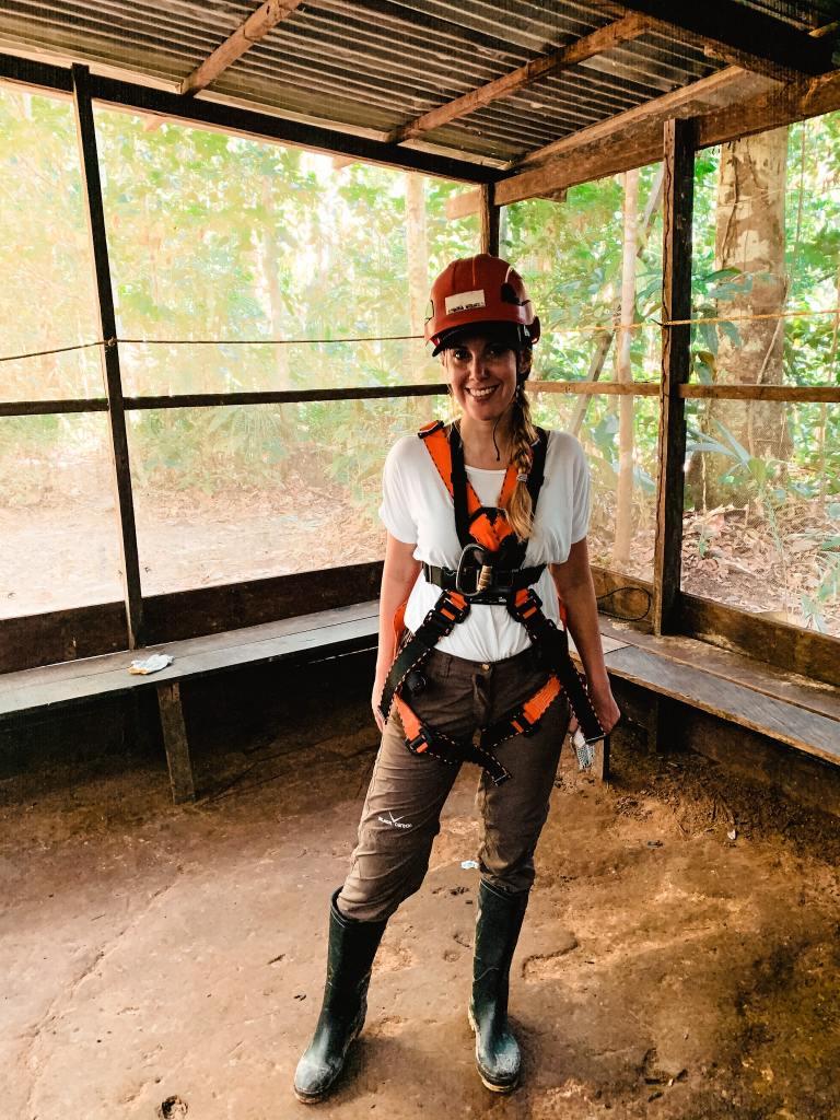 Mascha vor der Canopy Tour auf der Amazonas Reise