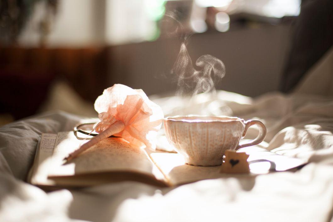 Imagen gratis de una taza de café, rosa de papel y libro