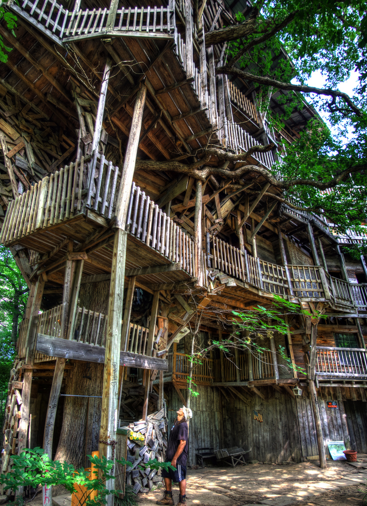 the minister s tree house the largest tree house in the world unusual places. Black Bedroom Furniture Sets. Home Design Ideas