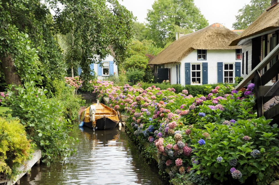 water-village-no-roads-canals-giethoorn-netherlands-9