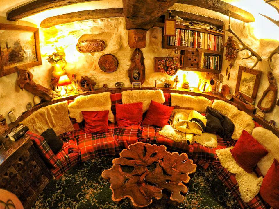 Tolkien s fan built a hobbit house in the scottish village for Hobbit house furniture