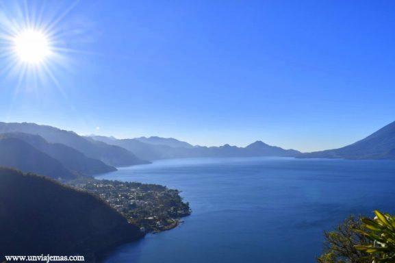Lago Atitlán y el pueblo de Panajchel