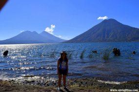 De fondo los volcanes del Lago Atitlán