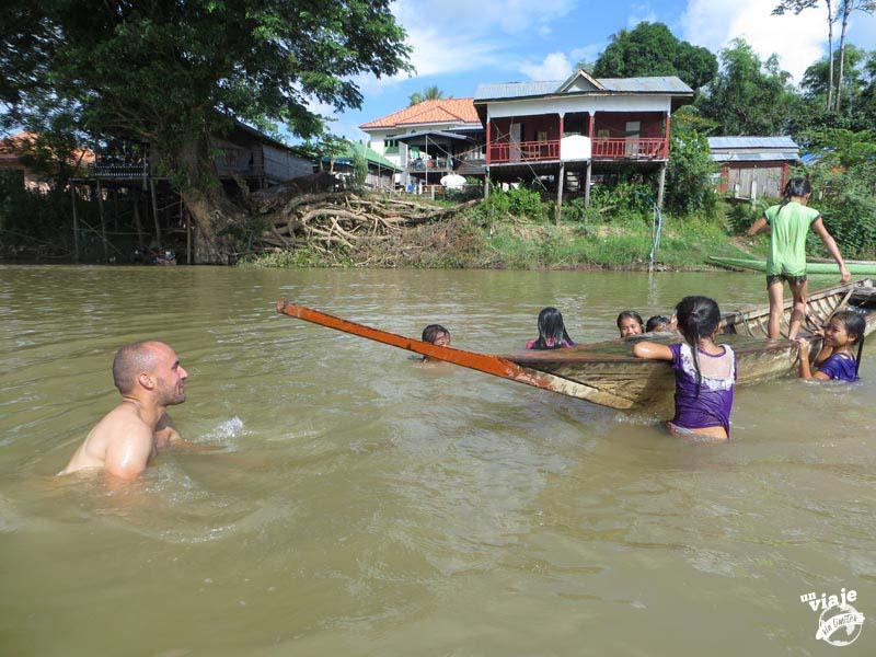 Jugando con unos niños en el río Mekon, en Laos.
