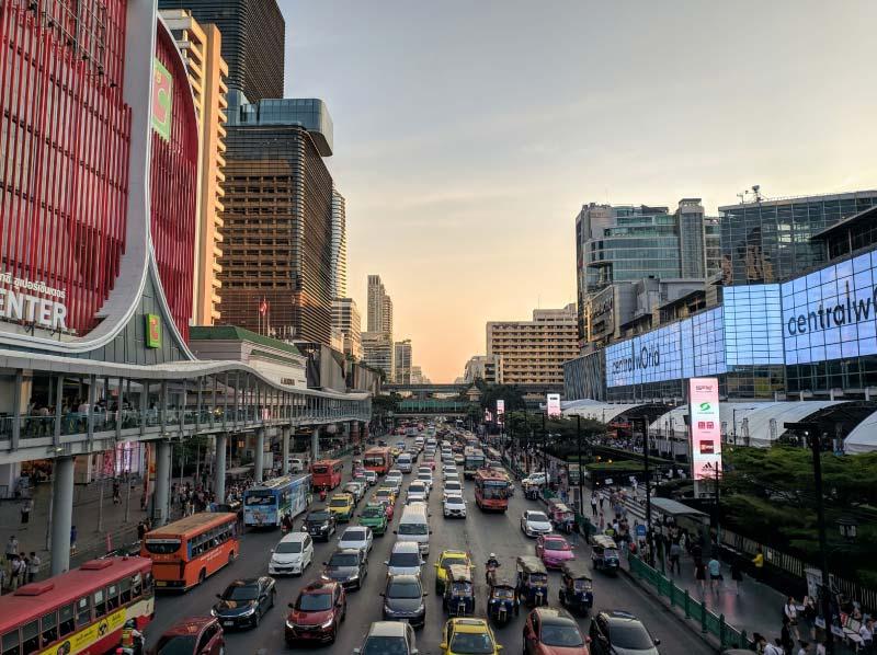 Calle con los centros comerciales de Bangkok, Tailandia.