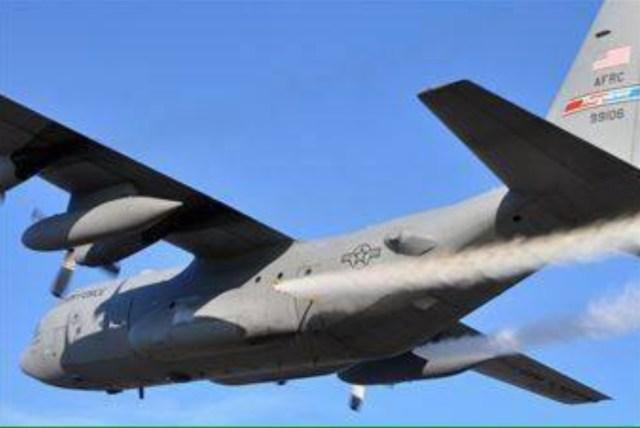 Распыление с военного самолета США.