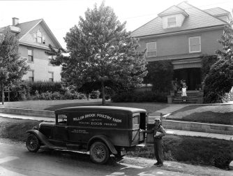 16-G-130-S-15223-C: Retailing eggs from truck to home, Mahoning County, Ohio. August 1931