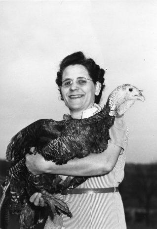 Farm People. Farmers Women. ( 16-G-168-1-BX-168)