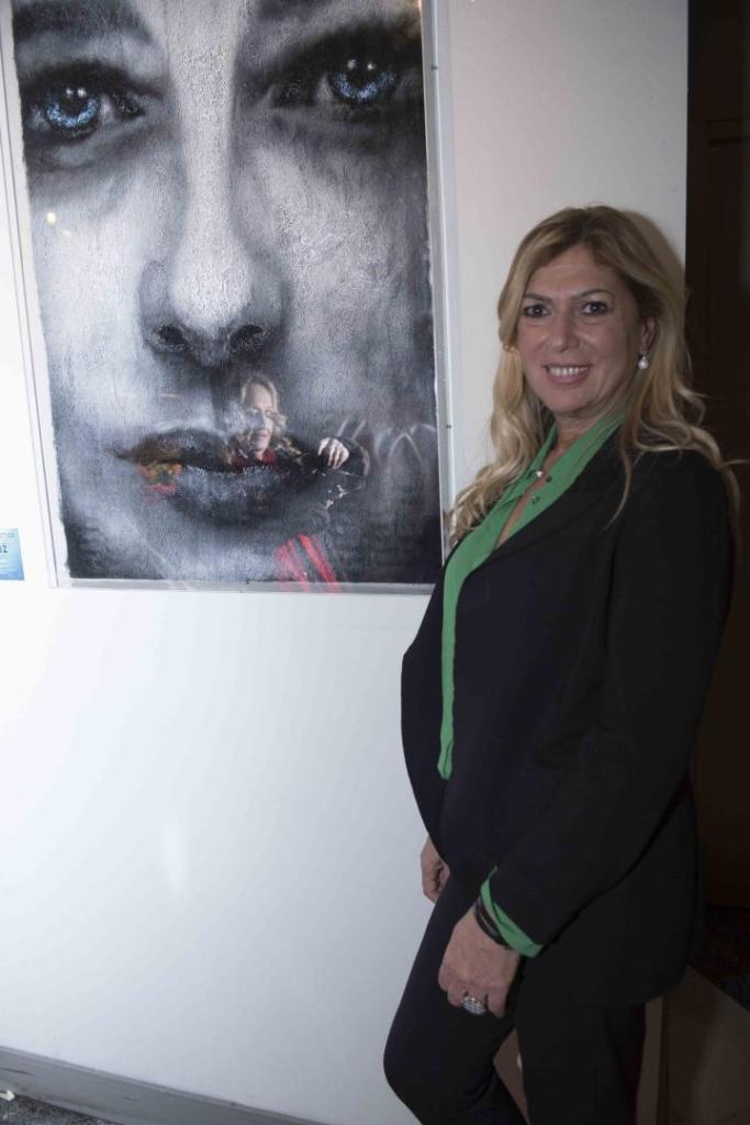 Caterina Pallotta con l'opera di Maupal