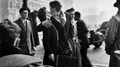 Bacio davanti all'hotel De Ville di Robert Doisneau
