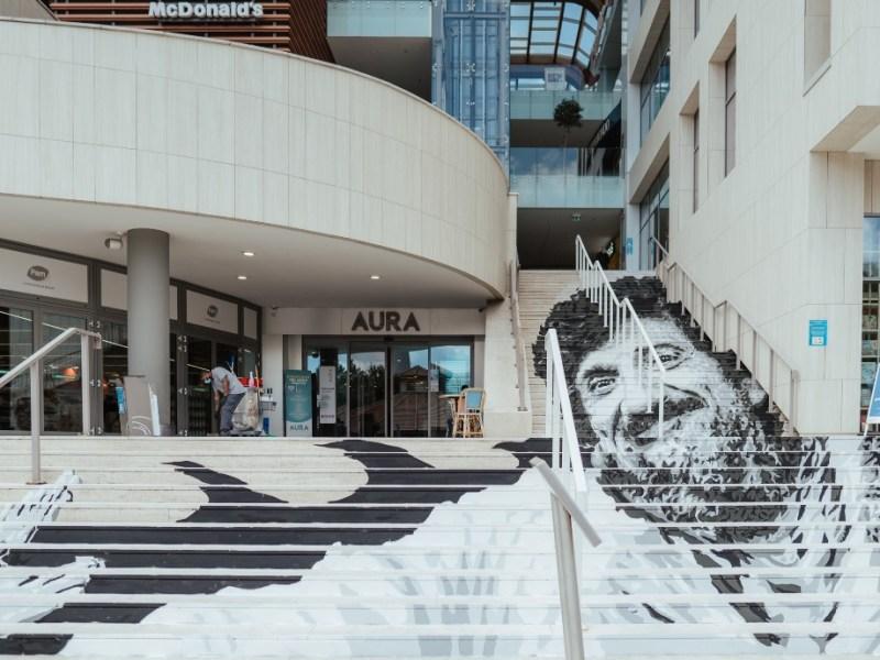 Lo street artist Diavù omaggia il Maestro Gigi Proietti al Centro Commerciale AURA