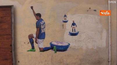 Un azzurro in ginocchio contro il razzismo: il murale di Harry Greb a Roma