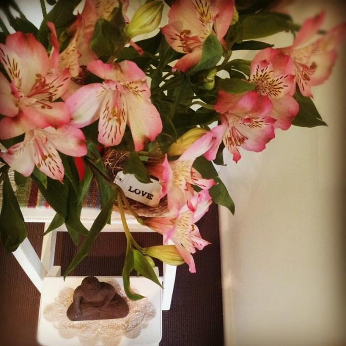 Toda semana diferentes flores na entrada da nossa casa. Diego ama quando as pétalas começam a cair sobre o Buda e o chão ;)