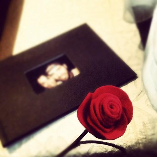 Eu fiz várias rosas de feltro em diferentes tons de vermelhos e beges e coloquei na mesa de centro da sala.